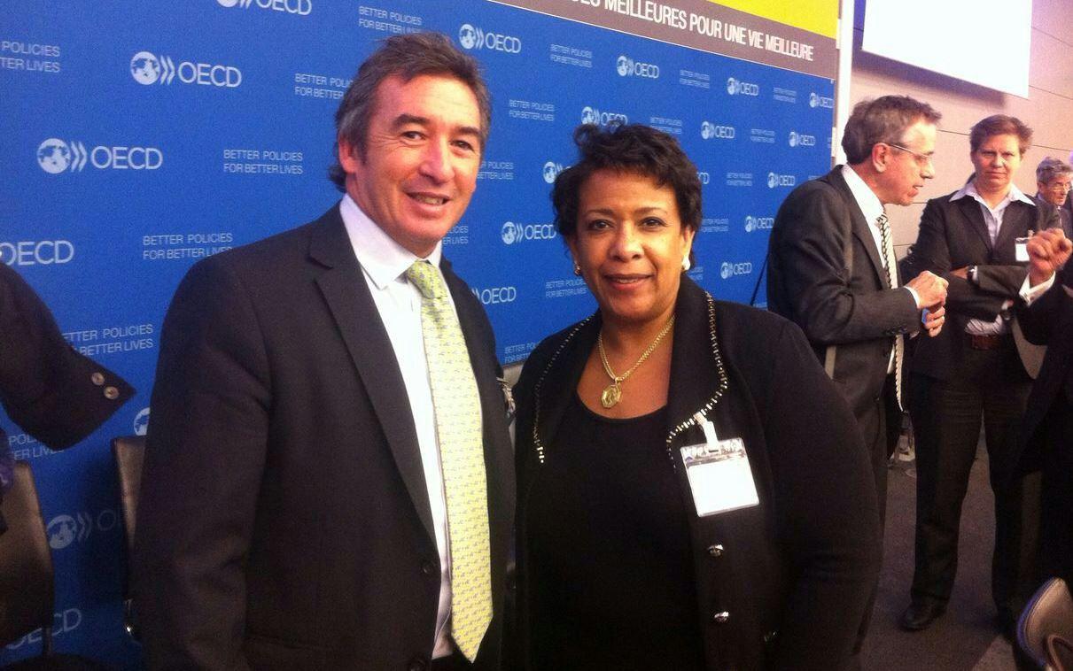 Otamendi junto a Loretta Lynch en conferencia de la OCDE