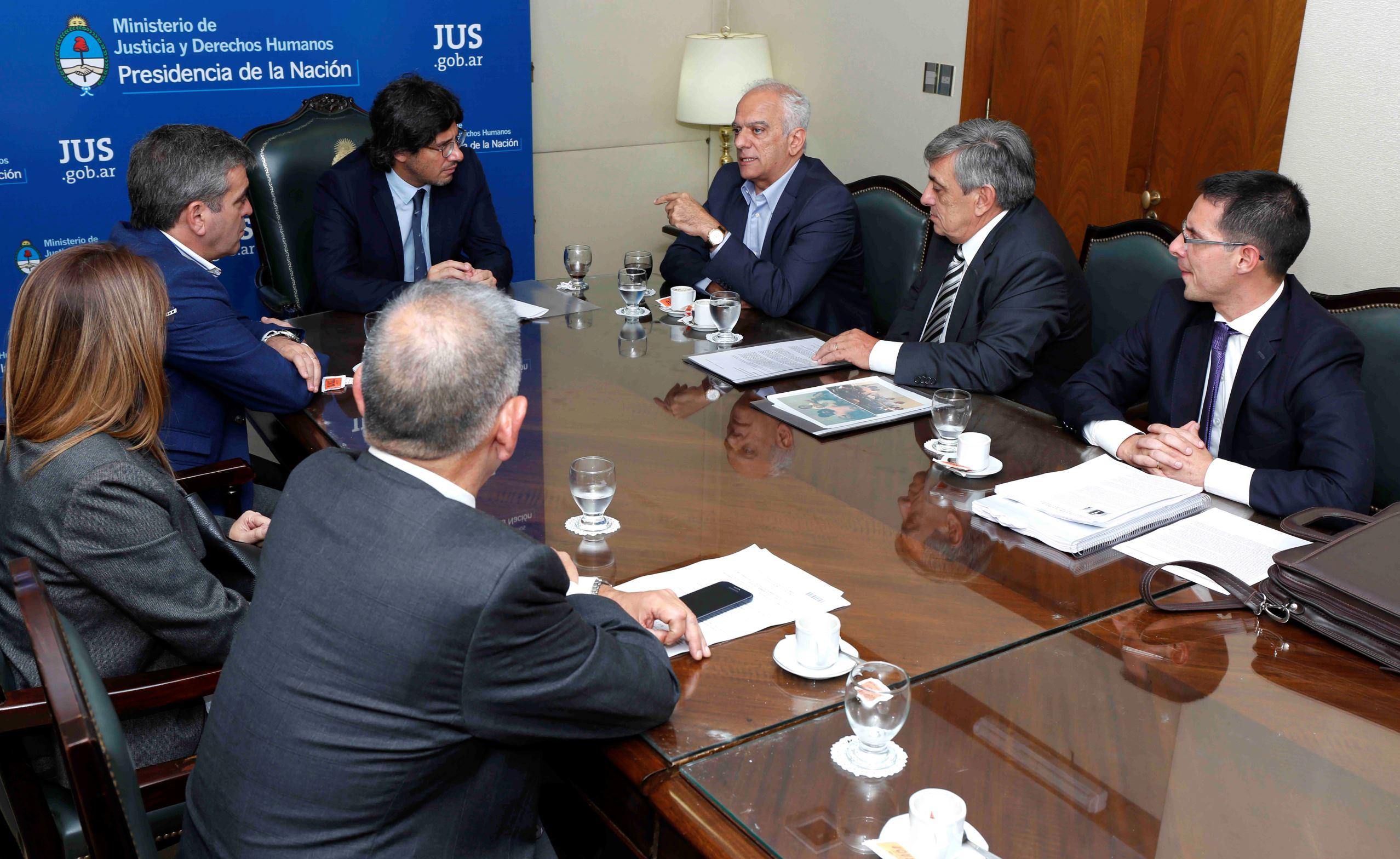 El ministro de Justicia recibió a familiares de víctimas de la impunidad de Tucumán