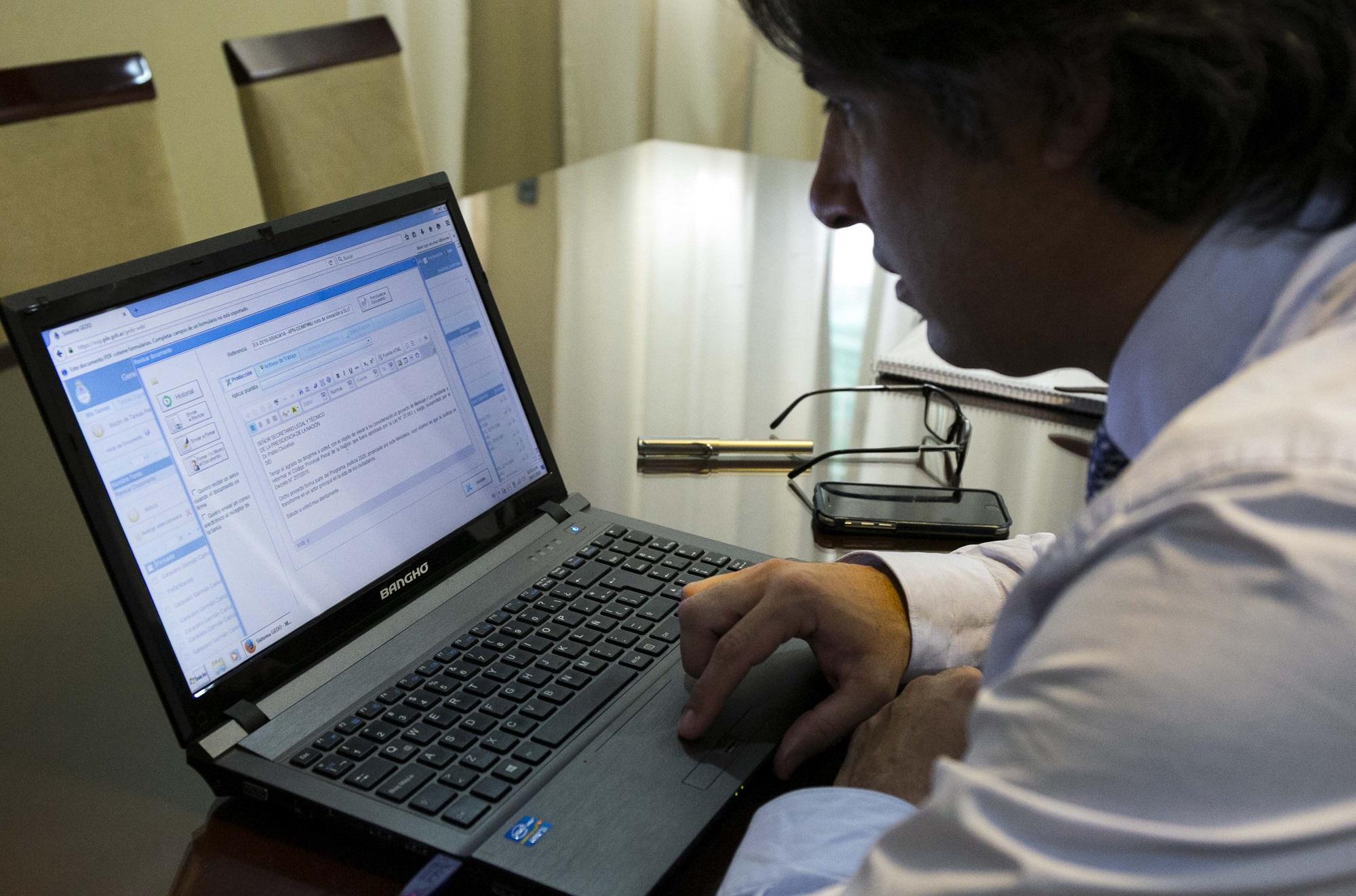 Garavano firmó el primer proyecto de ley gestionado electrónicamente