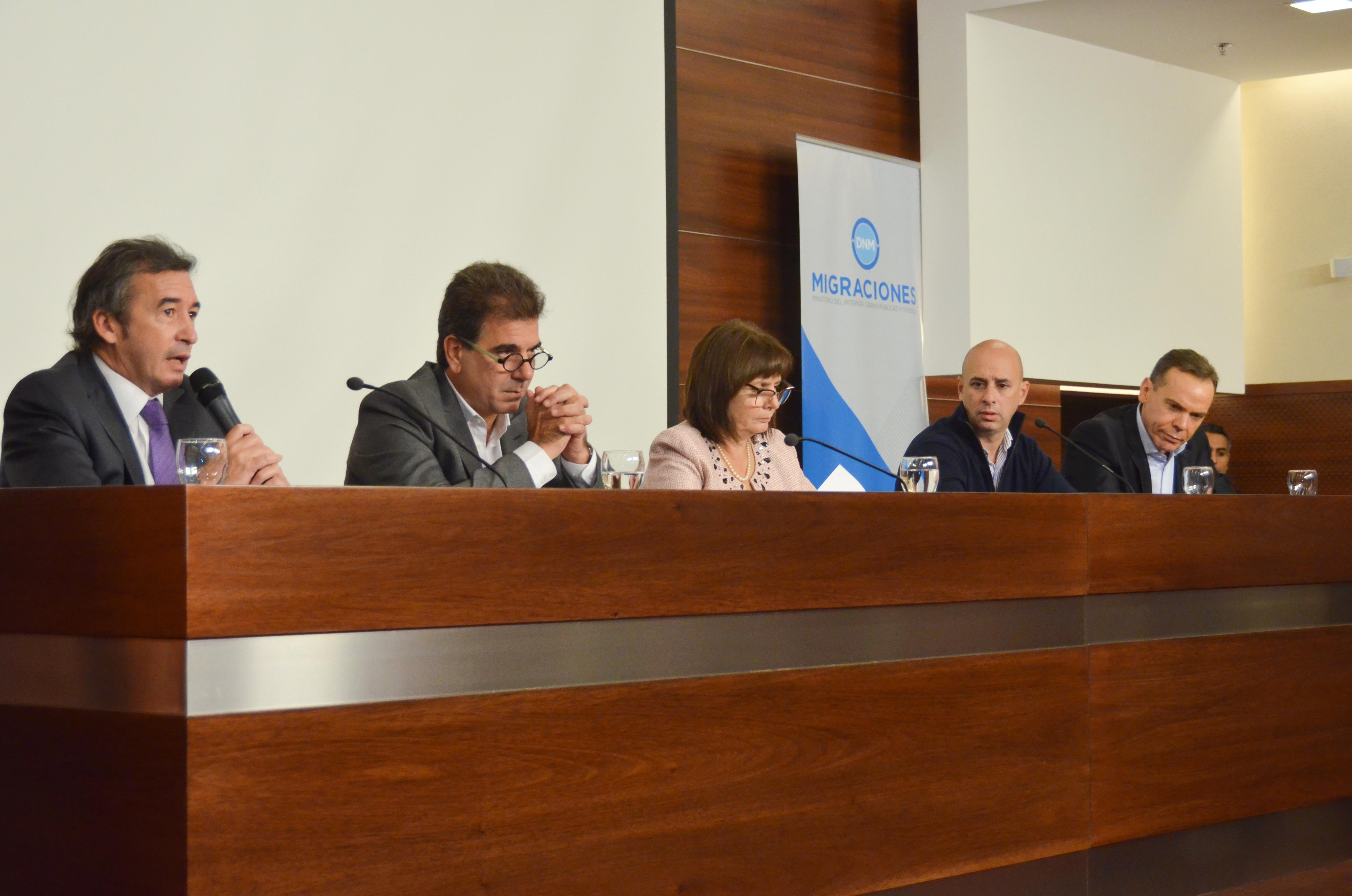 Otamendi participó de una jornada de trabajo sobre política migratoria